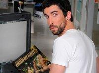 """Entrevista a Guillermo de la Vega, guionista y protagonista de 'Becari@s': """"En el humor, sólo me identifico con José María Aznar"""""""
