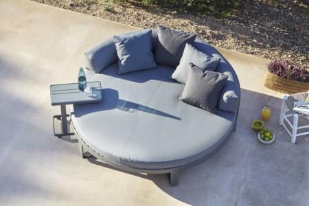 Una cama chill redonda diseñada por Mario Ruiz para Gandiablasco