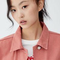 En Pull&Bear tienes esta chaqueta vaquera oversize en color rosa por 29,99 euros