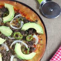 Receta de pizza mexicana de carne, cebolla y aguacate