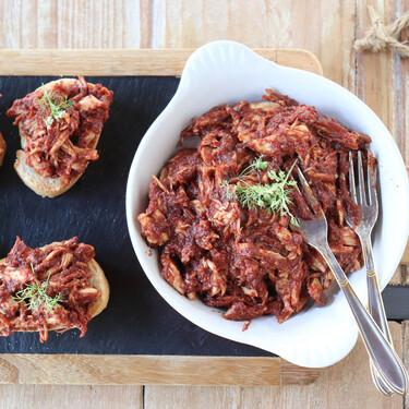 Pollo deshebrado con tomate concentrado y vinagre balsámico: la receta perfecta para tostas, sándwiches y bocadillos