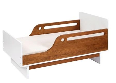 Barreras de seguridad en una cama infantil con estilo