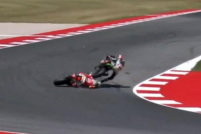 El atropello de Jonathan Rea a Chaz Davies deja al de Ducati en el hospital con traumatismo torácico