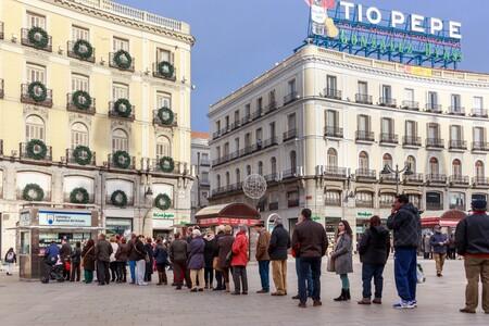 Colas en Puerta del Sol para comprar Lotería.