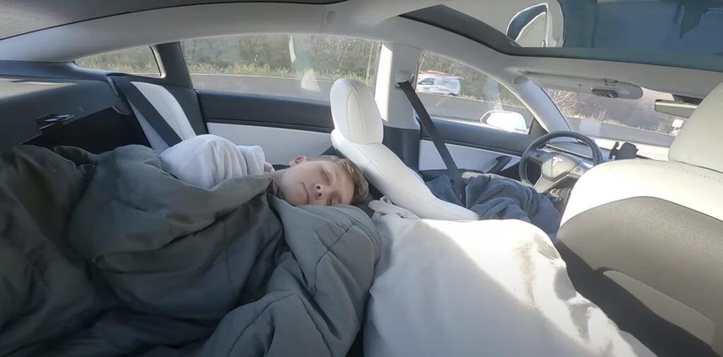 Un tiktoker pone a prueba el Autopilot de Tesla fingiendo que duerme mientras lo graba en vídeo ¡su propia madre!
