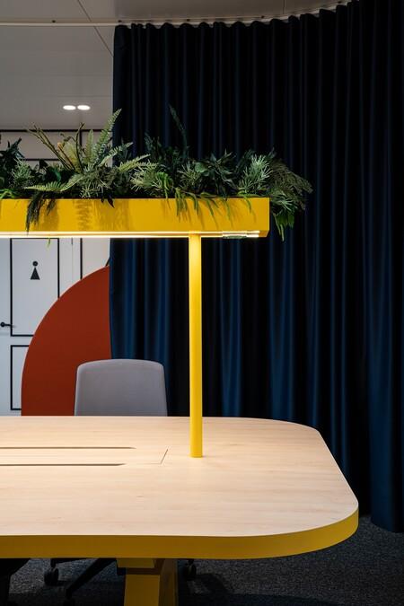 Mesa de trabajo con plantas