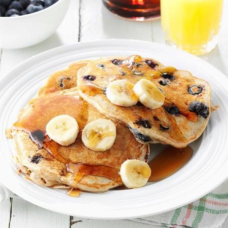 Hot cakes integrales con plátano caramelizado. Receta saludable de desayuno