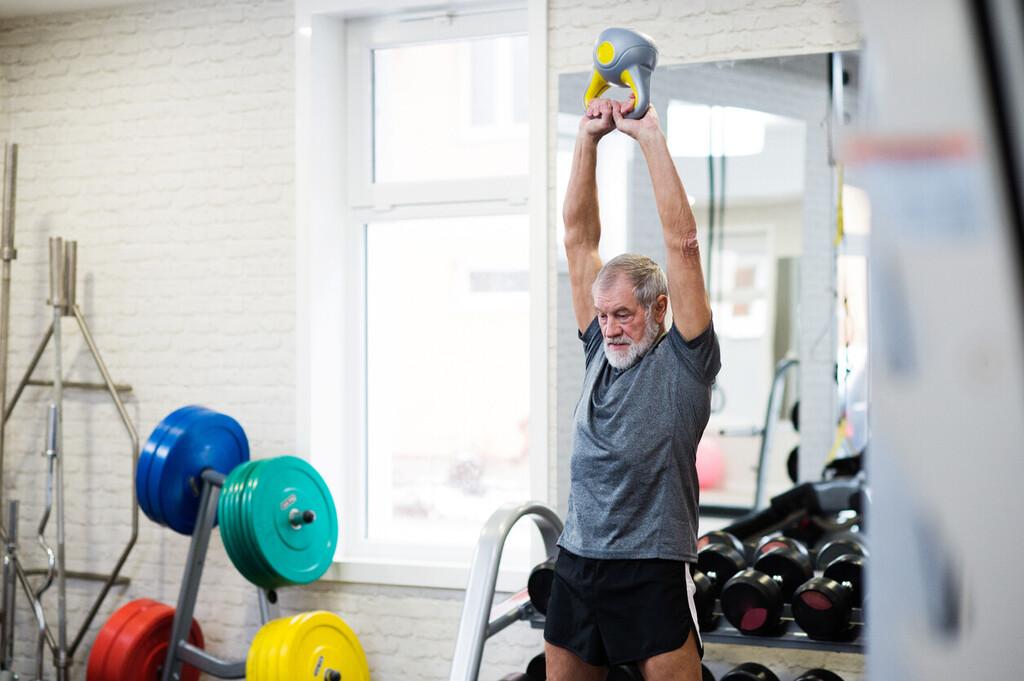 Fortalece tus piernas solo con una kettlebell o pesa rusa y estos cinco ejercicios