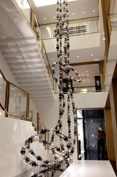 """Jean-Pierre Othoniel decora las boutiques Chanel con gigantescas esculturas en forma de """"sautoirs"""""""