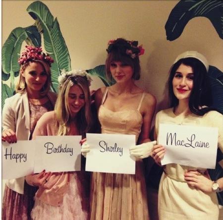 Taylor Swift y sus amigüitas, pasándoselo teta por el cumple de Shirley MacLaine