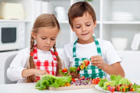 Dejar que los niños ayuden en la cocina realmente funciona para que coman más verduras