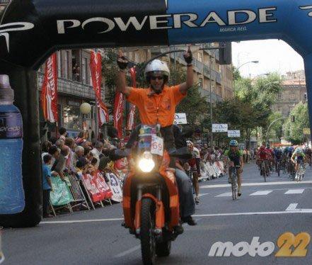 Vive una Vuelta Ciclista en moto desde dentro