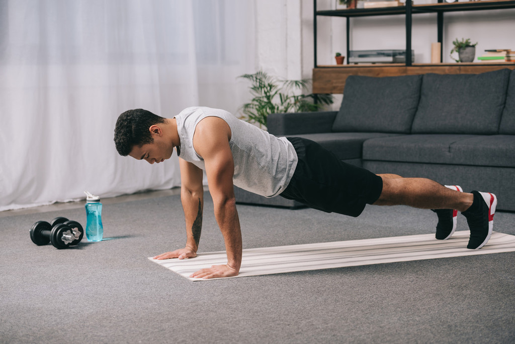 Cinco ejercicios básicos para entrenar en casa sin material (y cómo armar una rutina con ellos)