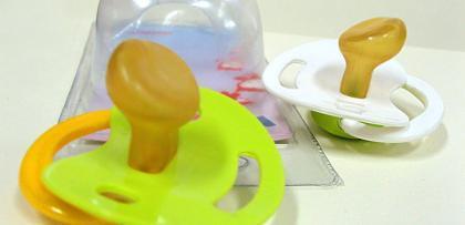 Más artículos de bebé retirados del mercado: broches y cadenas para chupetes
