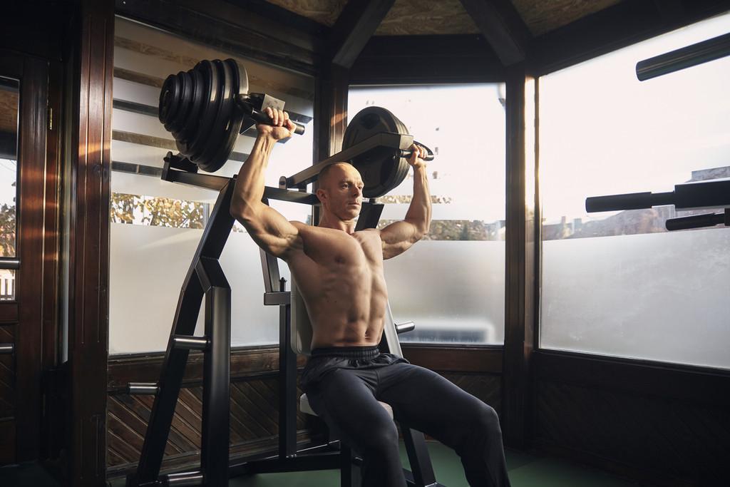 Entrenamiento de volumen para conseguir unos hombros grandes y fuertes