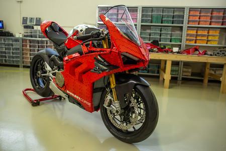 ¡Brillante! Esta Ducati Panigale V4 R a escala real de LEGO necesitó 15.000 piezas y 400 horas de trabajo