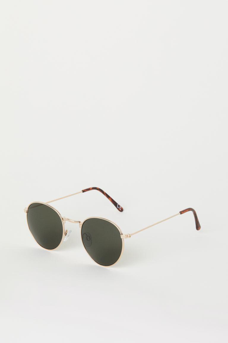 Gafas de sol con montura de metal y plástico. Lentes teñidas con protección UV