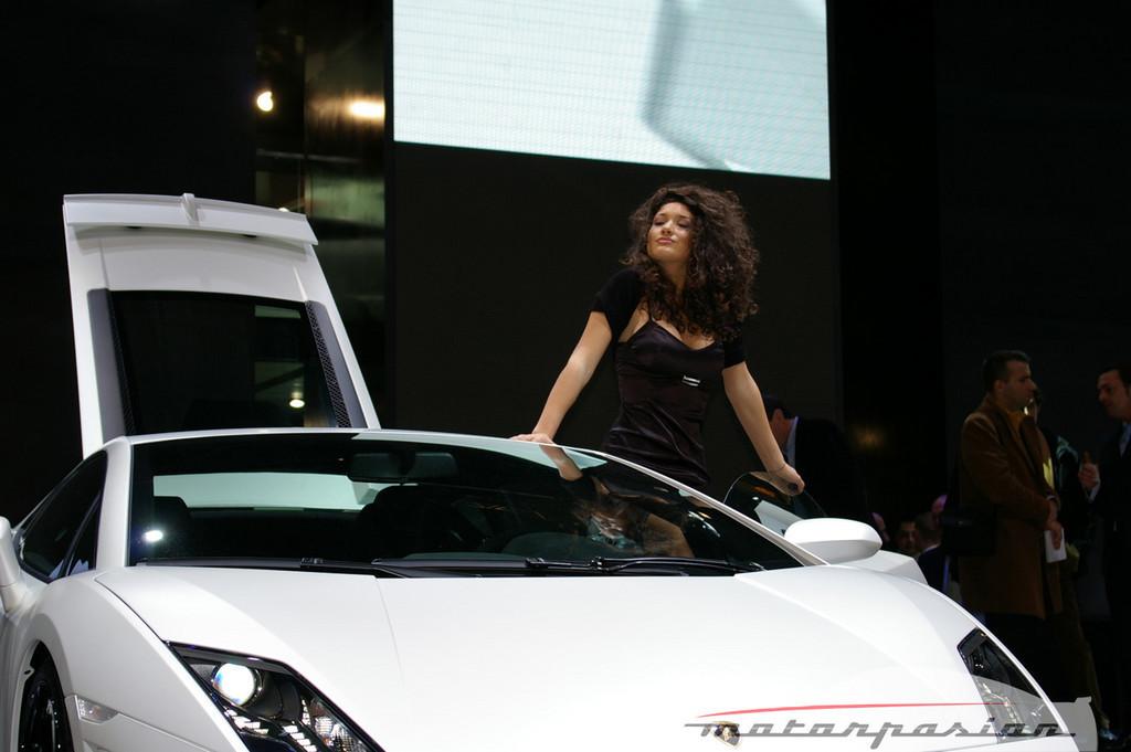 Foto de Lamborghini Gallardo LP560-4 en el salón de Ginebra, y muy bien acompañado (8/26)