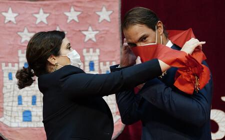 Rafa Nadal recibe la Gran Cruz de la Orden del Dos de Mayo de la Comunidad de Madrid y se baja la mascarilla para mostrar su felicidad