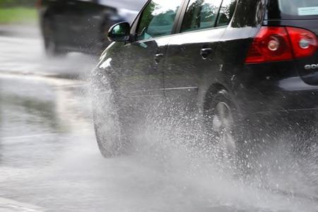 Toma estos consejos para manejar con lluvia