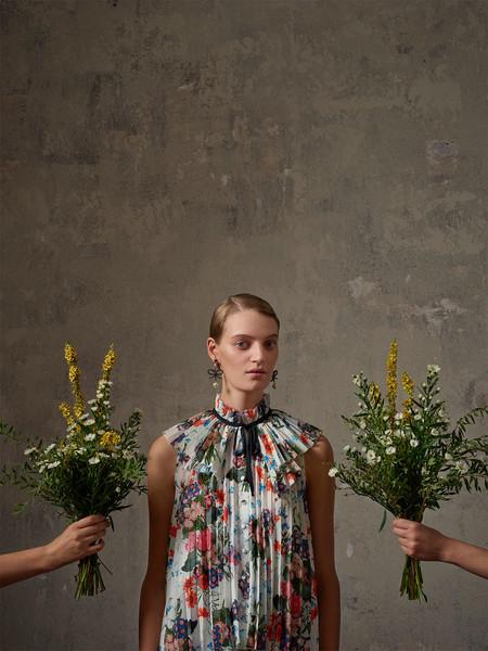 El vídeo de Erdem x H&M te invita a un jardín secreto de flores en el que nos queremos quedar a vivir