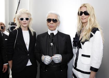 Claudia Schiffer y Karl Lagerfeld en la presentación de Chanel