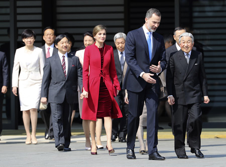 Letizia Japon Felipe Varela Rojo 2