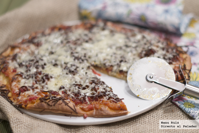 Pizza pisto de verduras y jamón serrano