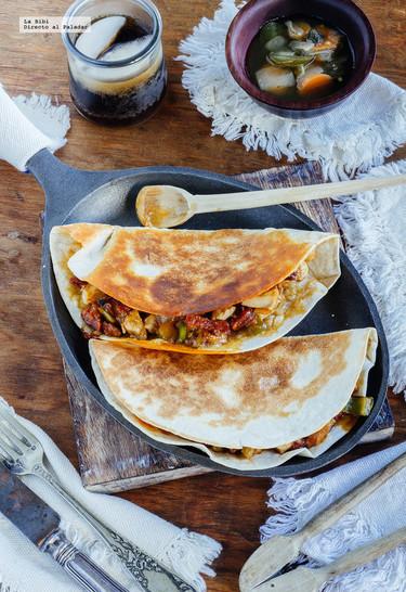 Quesadillas de pollo con chorizo. Receta de comida mexicana
