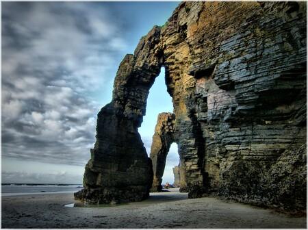 Se derrumba parcialmente uno de los arcos de la Playa de Las Catedrales
