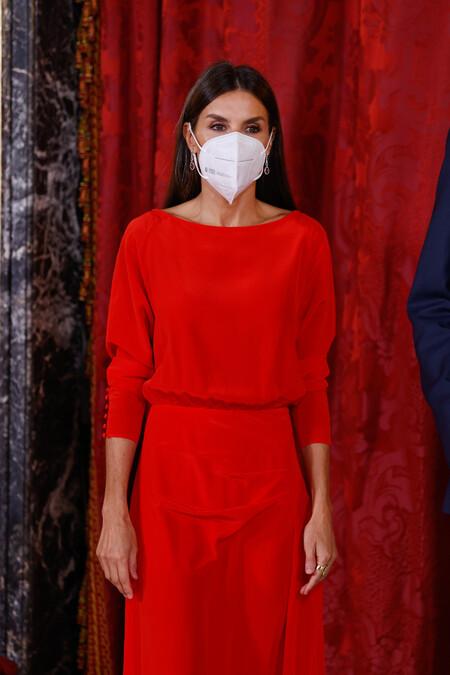 La reina Letizia nos inspira: cinco vestidos rojos que son ideales como looks de oficina para este otoño
