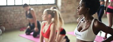 Cómo hacer abdominales de pie y conseguir afinar la cintura con dos ejercicios que cuidan tu espalda
