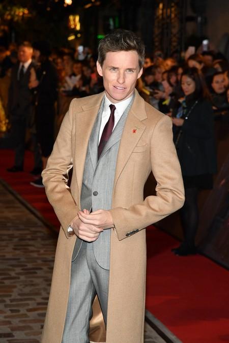 Eddie Redmayne domina el estilo sartorial con el abrigo camel como pieza clave de su outfit en París