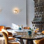 Inspirado en el color del curry, el restaurante Haveli en Kiel está iluminado por Catellani & Smith