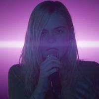 """Elle Fanning se transforma en una estrella del pop juvenil en el tráiler de """"Teen Spirit"""", maravillándonos con su voz"""