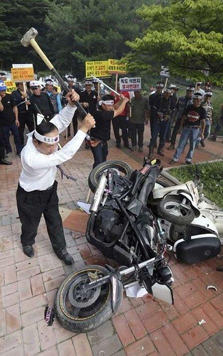 Coreanos quemando motos japonesas