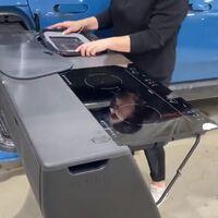 Rivian muestra en vídeo la cocina camper de su pick-up eléctrica R1T, una delicatessen para los amantes de la vanlife