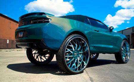 Este Chevrolet Camaro descapotable quería ser todo un Monster Truck... ¡y vaya si lo ha conseguido!