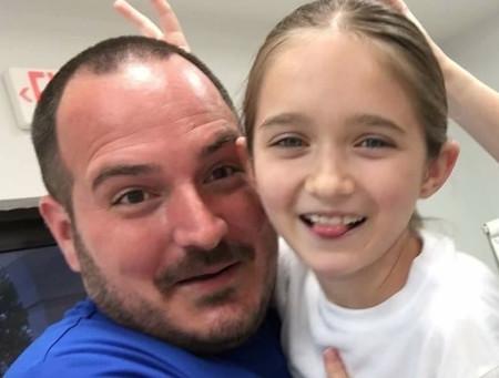 Un padre soltero da cursos gratis a otros padres para enseñarles a peinar a sus hijas, y así fortalecer el vínculo con ellas