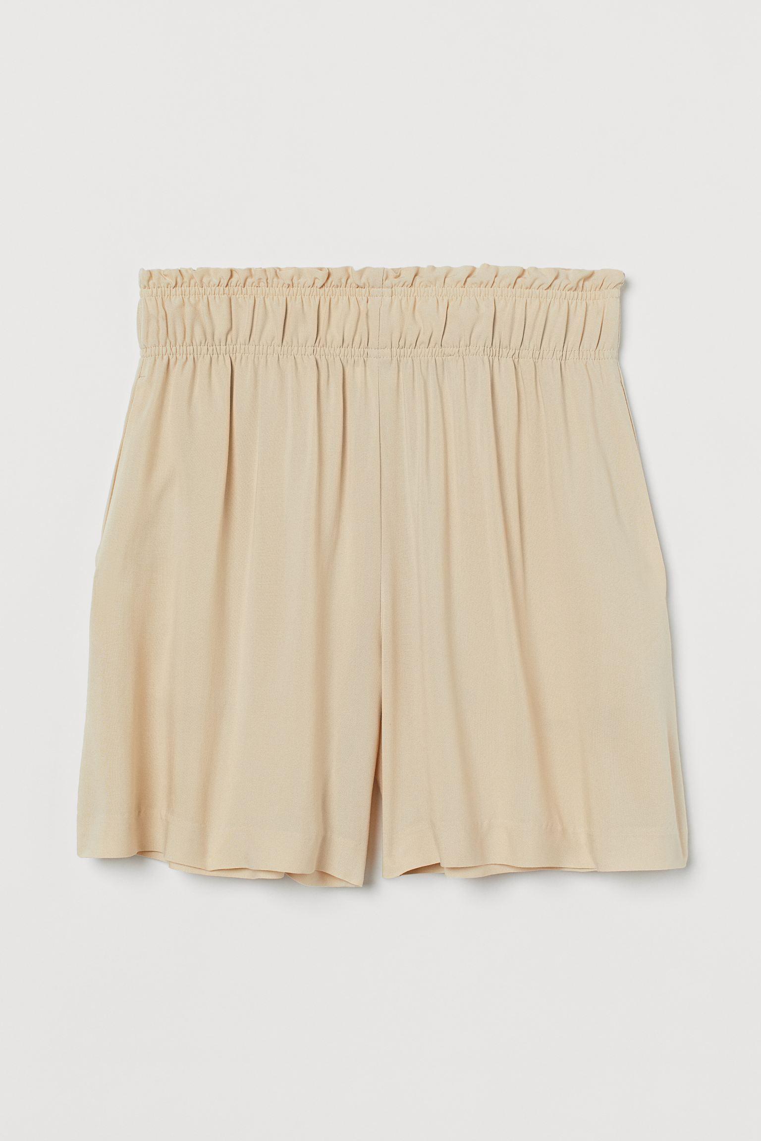 Pantalón corto de talle alto de color beige claro