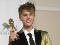 Justin Bieber y su chaqueta dorada en los Premios Billboard