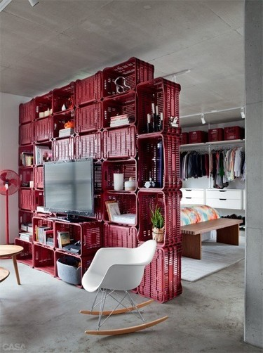 Recicladecoración: separando ambientes con una gran estantería hecha con cajas de plástico