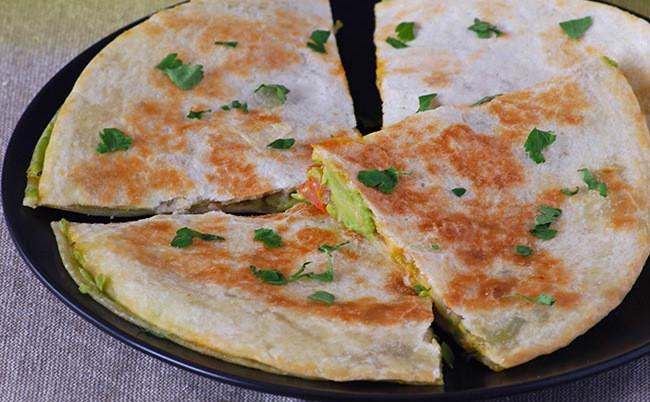 Quesadillas de aguacate y queso emmental: receta fácil y rápida para el picoteo o la cena