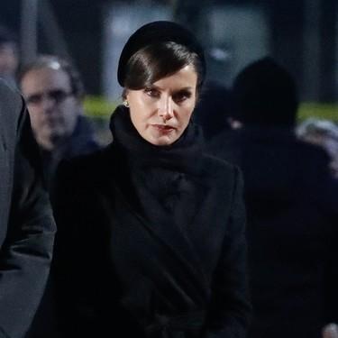 De riguroso negro y con diadema acude la reina Letizia a la conmemoración de la liberación de Auschwitz