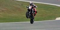 Nicky Hayden se divierte sobre la Ducati Hypermotard