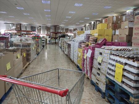 Nos vamos a Parla a conocer Mere, el Lidl ruso que asegura ser el supermercado más barato de España (y es, seguro, el más sobrio)