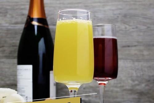 Dos cocteles con champaña para brindar en San Valentín. Receta en video