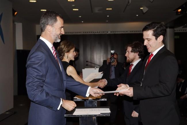 El Rey Felipe VI entrega a Pablo Rodríguez su beca 'La Caixa' (2015)