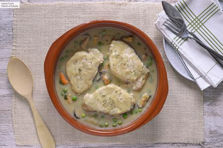 Merluza en salsa de espárragos con mejillones y guisantes: receta fácil y económica con conservas
