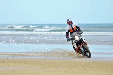 Envidia insana es ver a Chris Birch de vacaciones en moto: A la playa con una KTM 1090 Adventure R